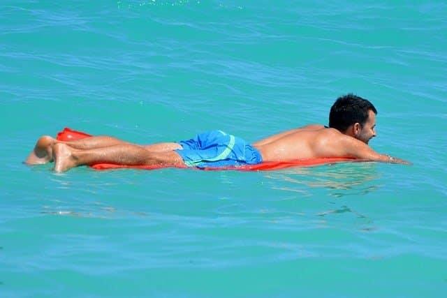 Badehose: Was trägt Mann drunter?